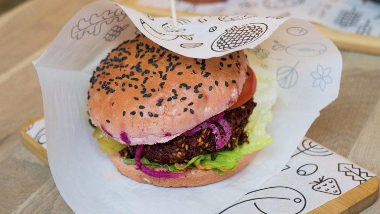EÚ za vegánsky burger, no proti rastlinným jogurtom
